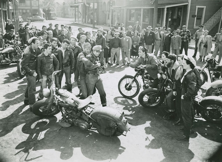 "Marlon Brando ""The Wild One"" Filminde 1949 model 650cc Triumph Thunderbird Motosikletiyle"