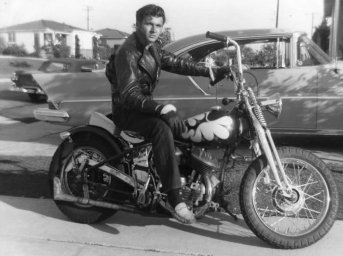 Dick Dale Harley Davison Marka Bobber Motosikletiyle, 1941