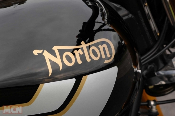 Norton Commando 961 Street